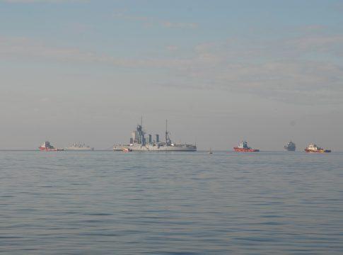 """Το θωρηκτό """"Γ.Αβέρωφ""""αποχαιρέτησε το πρωί τη Θεσσαλονίκη"""
